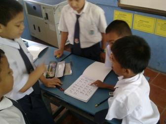 Buddy System  - Seorang murid Pemulihan sudah pandai mengajar Phonics kepada rakannya. H terselindung.